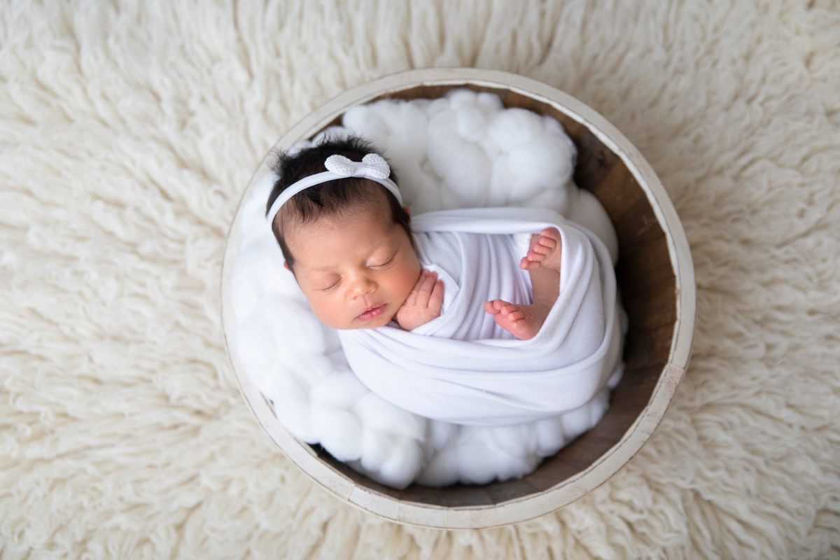 Newborn menina bolinha produção Branca