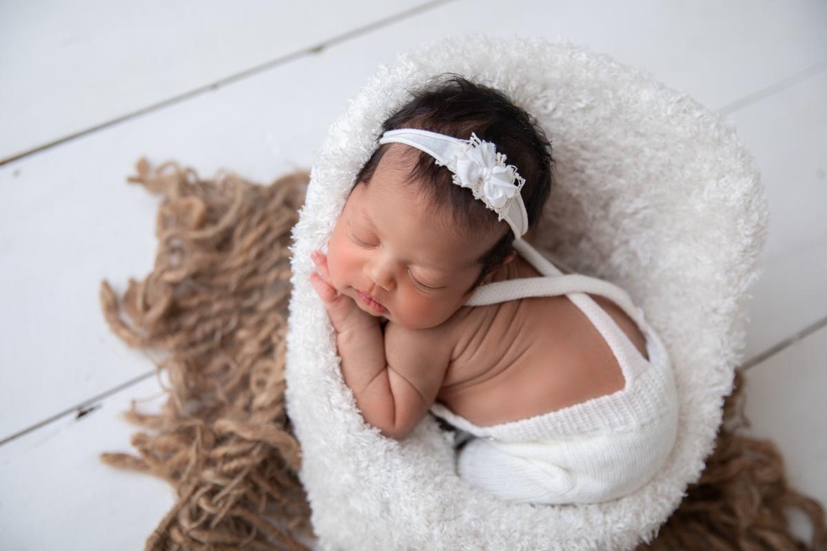 Foto de cima bebê menina, ensaio Newborn Brasília