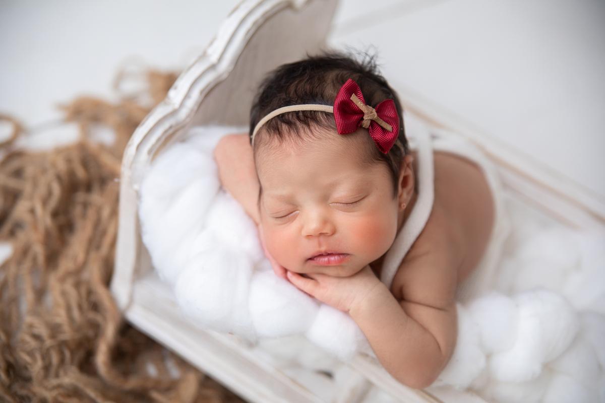 Amor de ensaio Newbirn menina, bercinho, produção clarinha, lacinho vermelho, Newborn Brasília