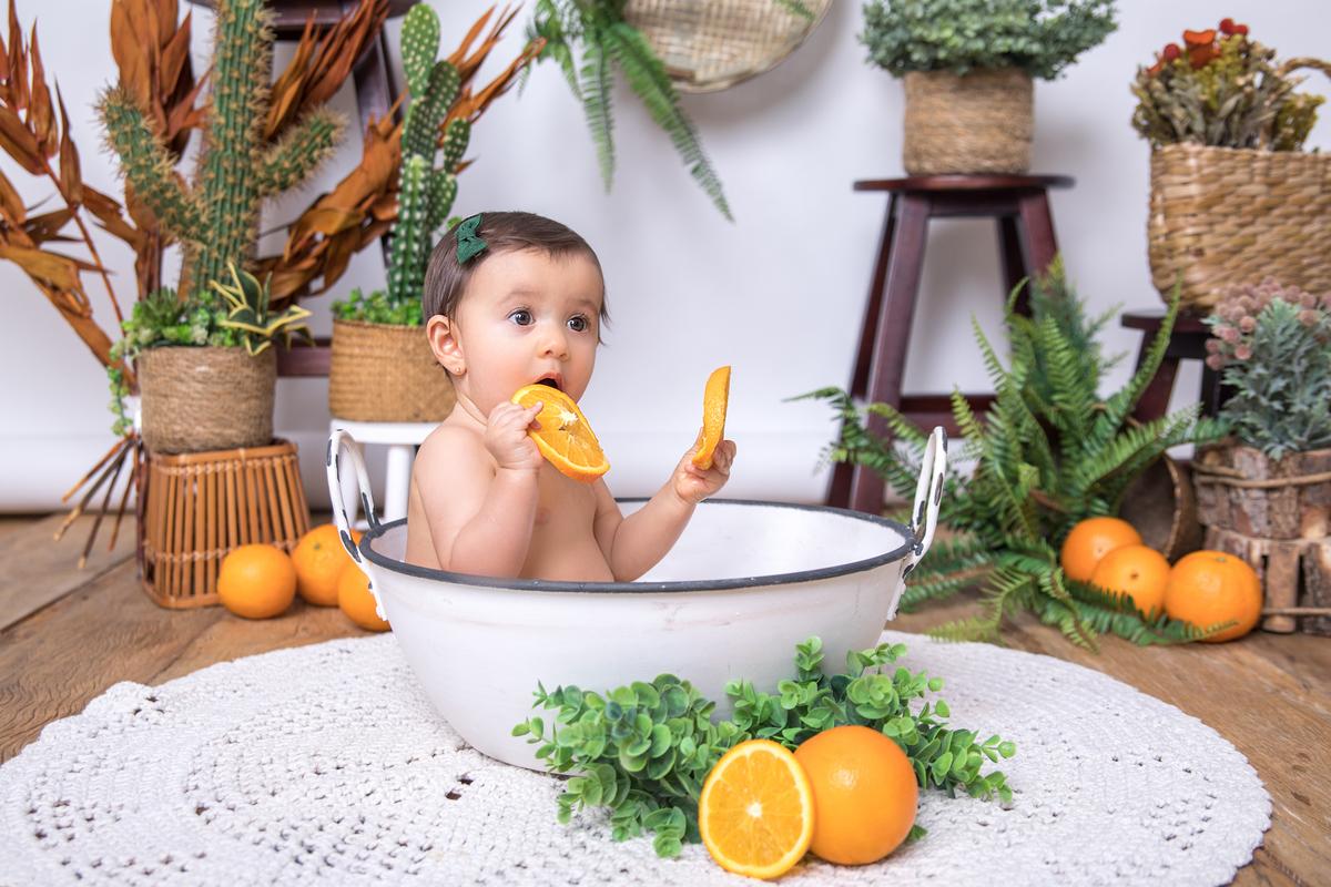 Banho de laranja, banho de leite menina