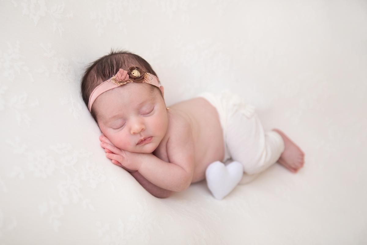 Dorminhoca com coração em ensaio Newborn em Brasília, estúdio em águas claras