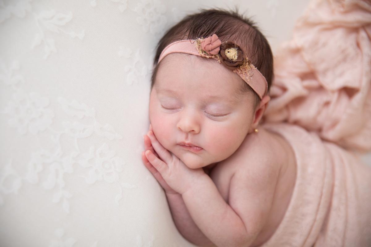 Pode lateral de menina manta rosa ensaio newborn Águas Claras Brasília