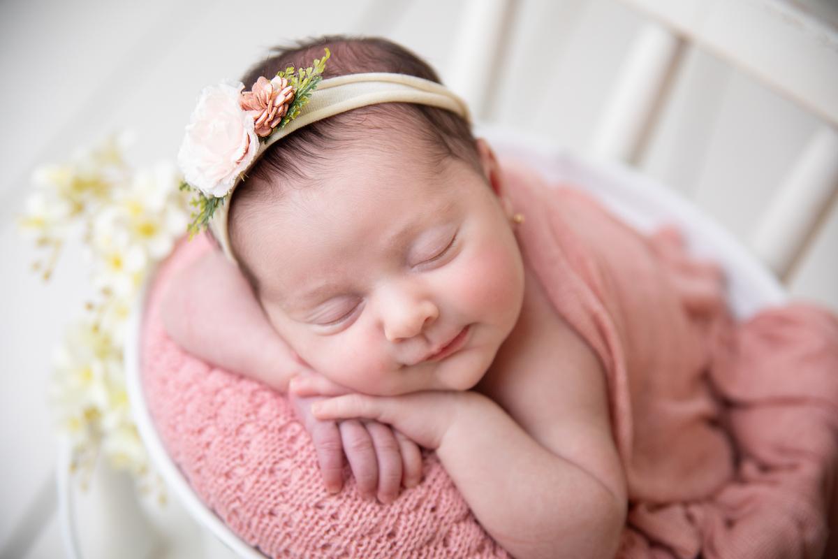 Sorrisinho da soneca gostosa no ensaio Newborn Brasília
