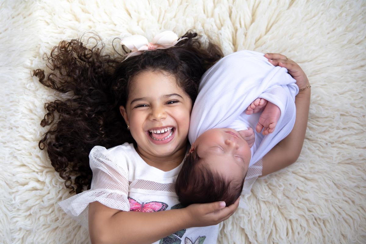 irmã mais velha no ensaio newborn Brasília