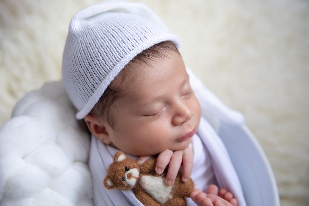 segurando o ursinho no ensaio newborn Brasília