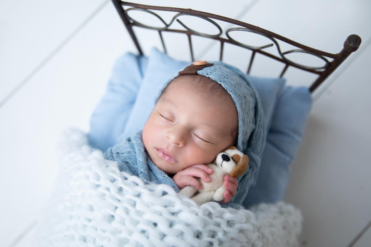 Menino recém-nascido, caminha, manta azul, newbirn Brasilia