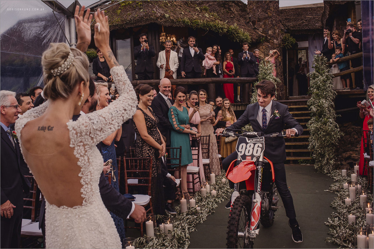 Alianças entrando de moto na cerimonia