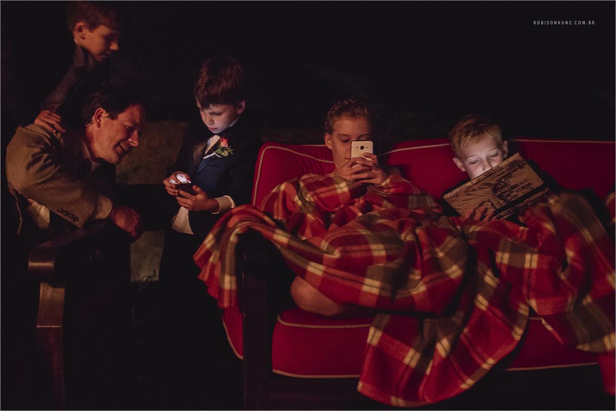 crianças no celular durante a festa