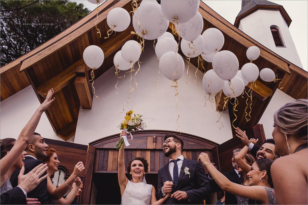 saida dos noivos com baloões