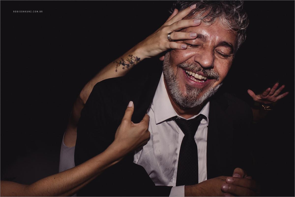 pai da noiva dançando