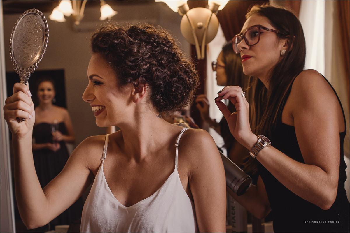 noiva finalizando o cabelo