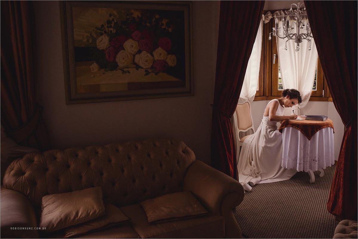 escrevendo os votos antes do casamento