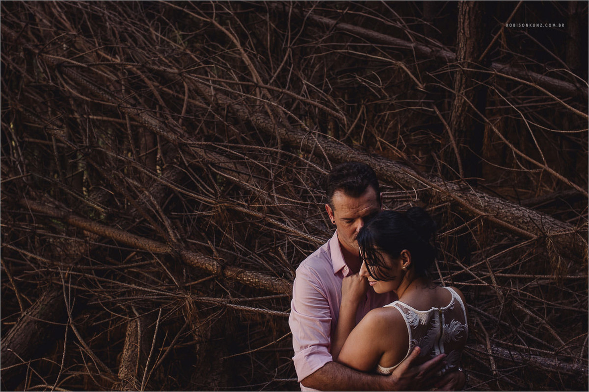 foto de casal no mato abandonado