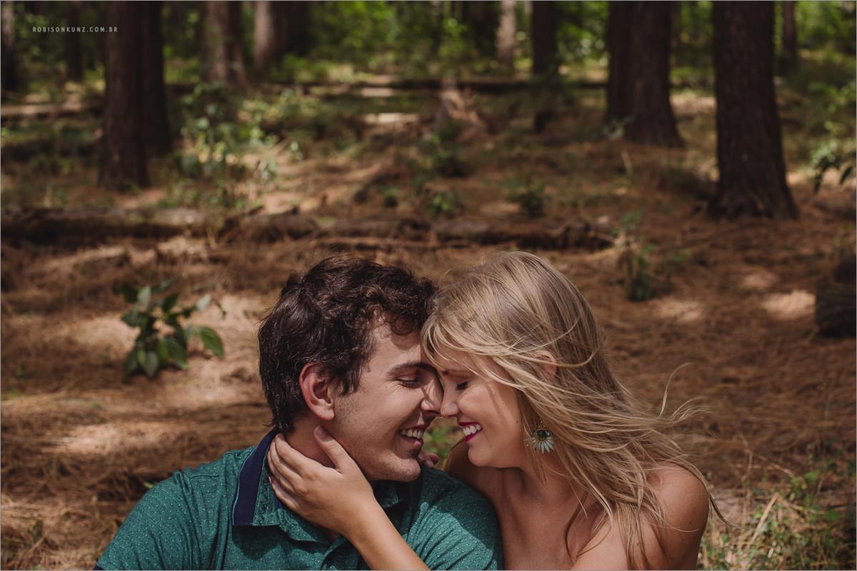 casal sentados na floresta de picada café