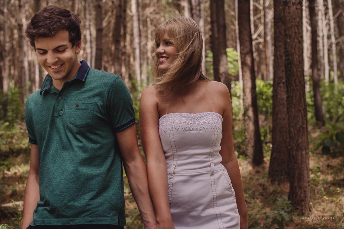 casal caminhando no mto de pinos