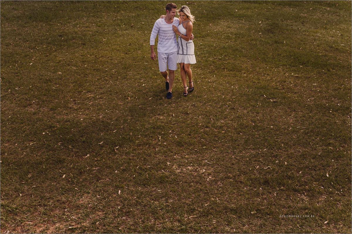 casal caminhando pelo sitio
