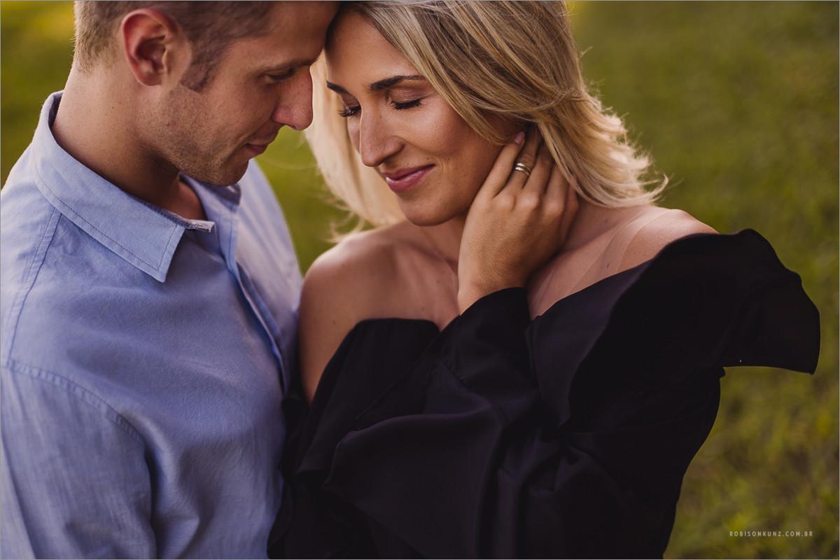 casal lindo posando para o ensaio antes do casamento