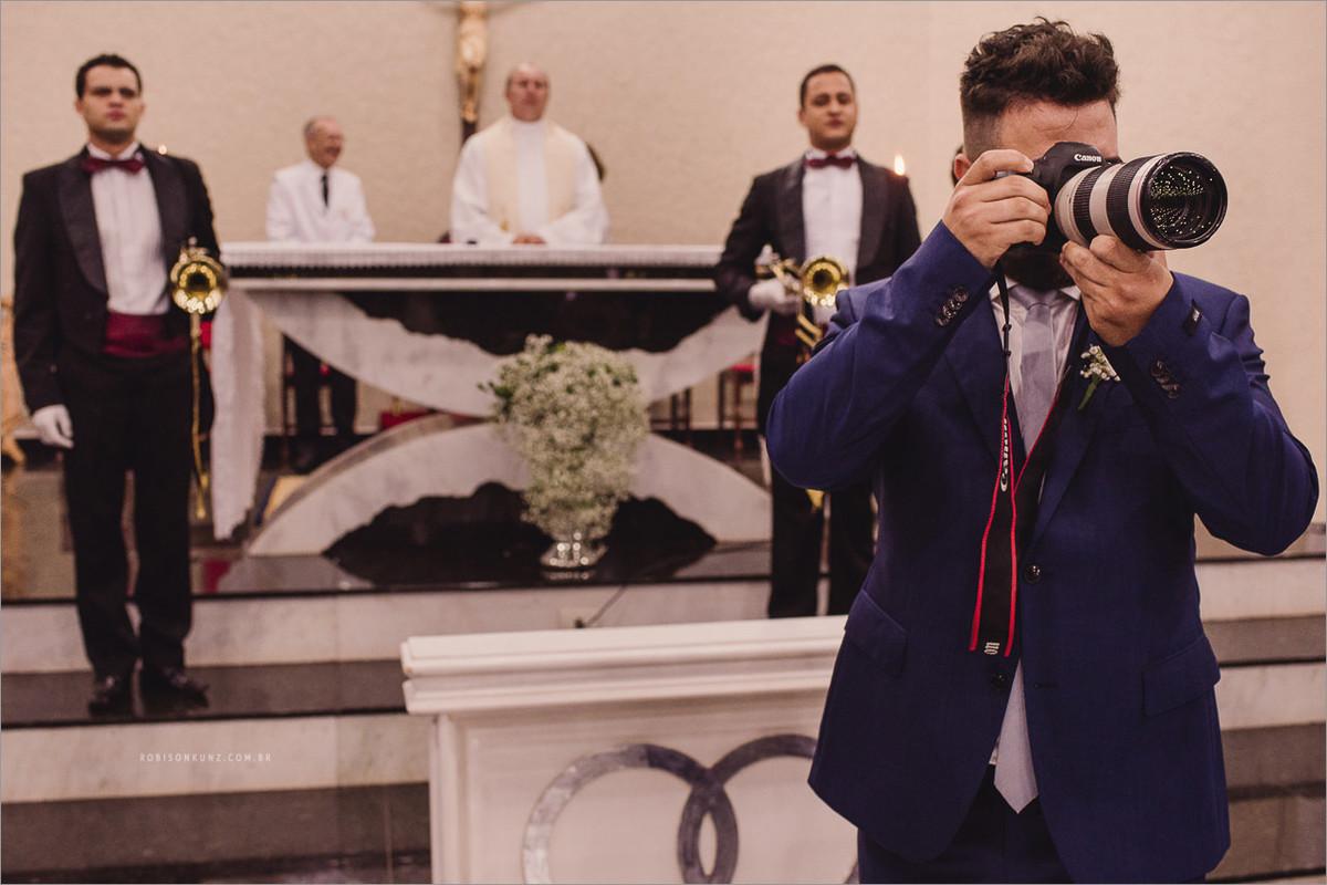 noivo fotografando sua noiva