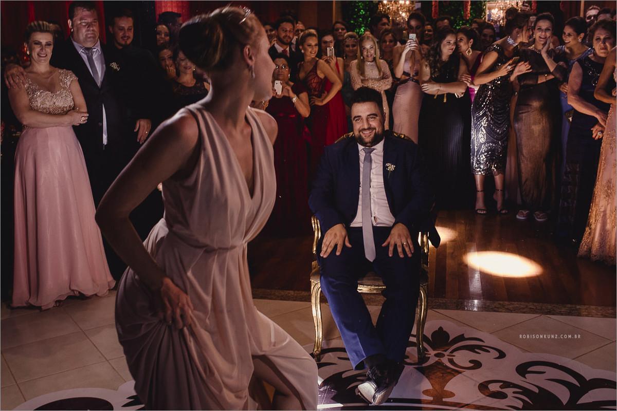 noiva dançando para o noivo no casamento