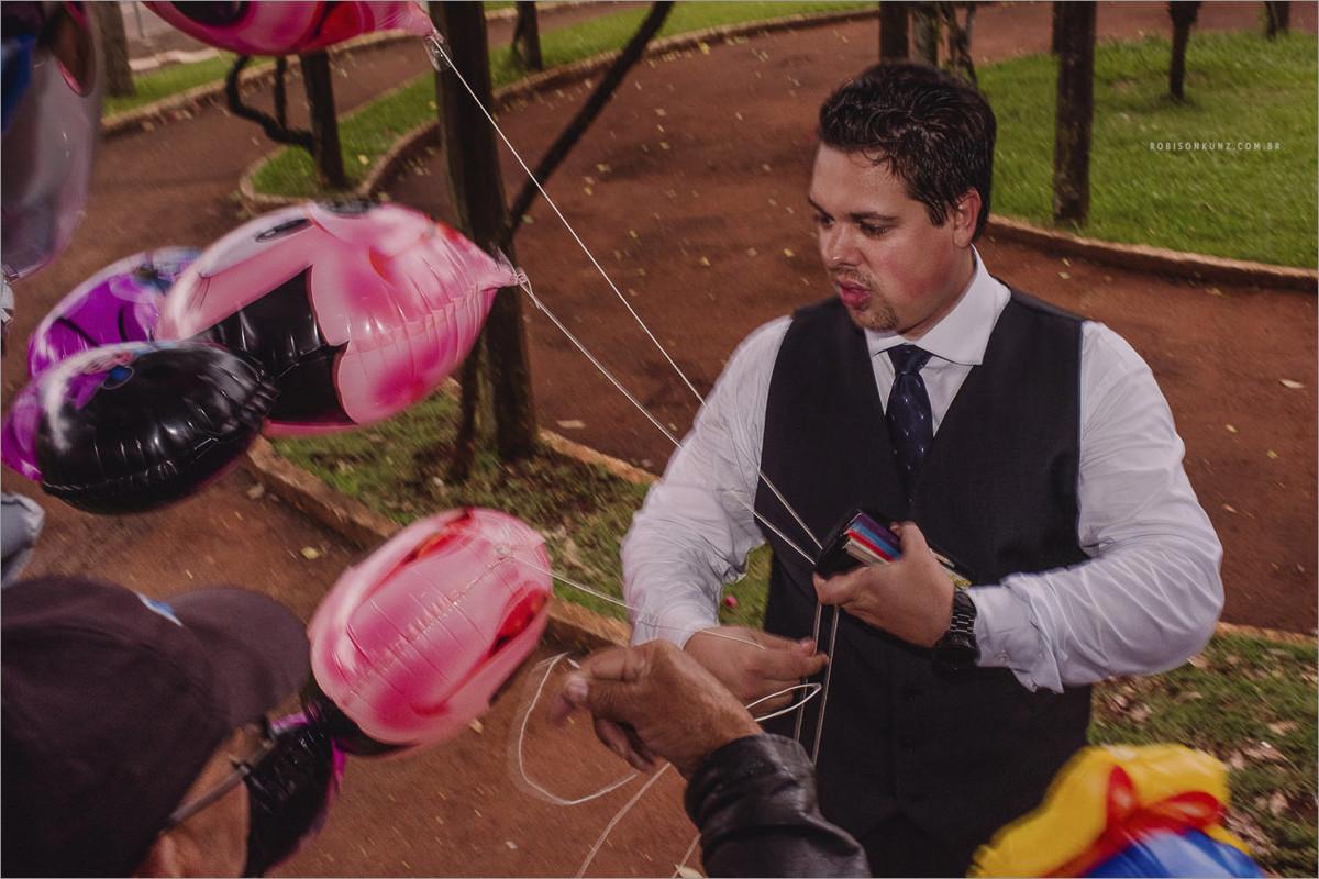 padrinho comprando balão depois do casamento