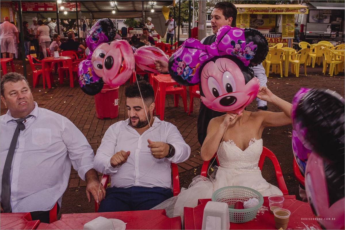 noivos e padrinho depois do casamento