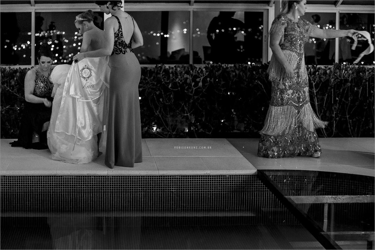 mae e irmã vestindo a noiva