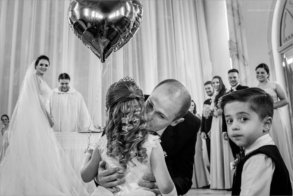 crianças levando as alianças para os noivos