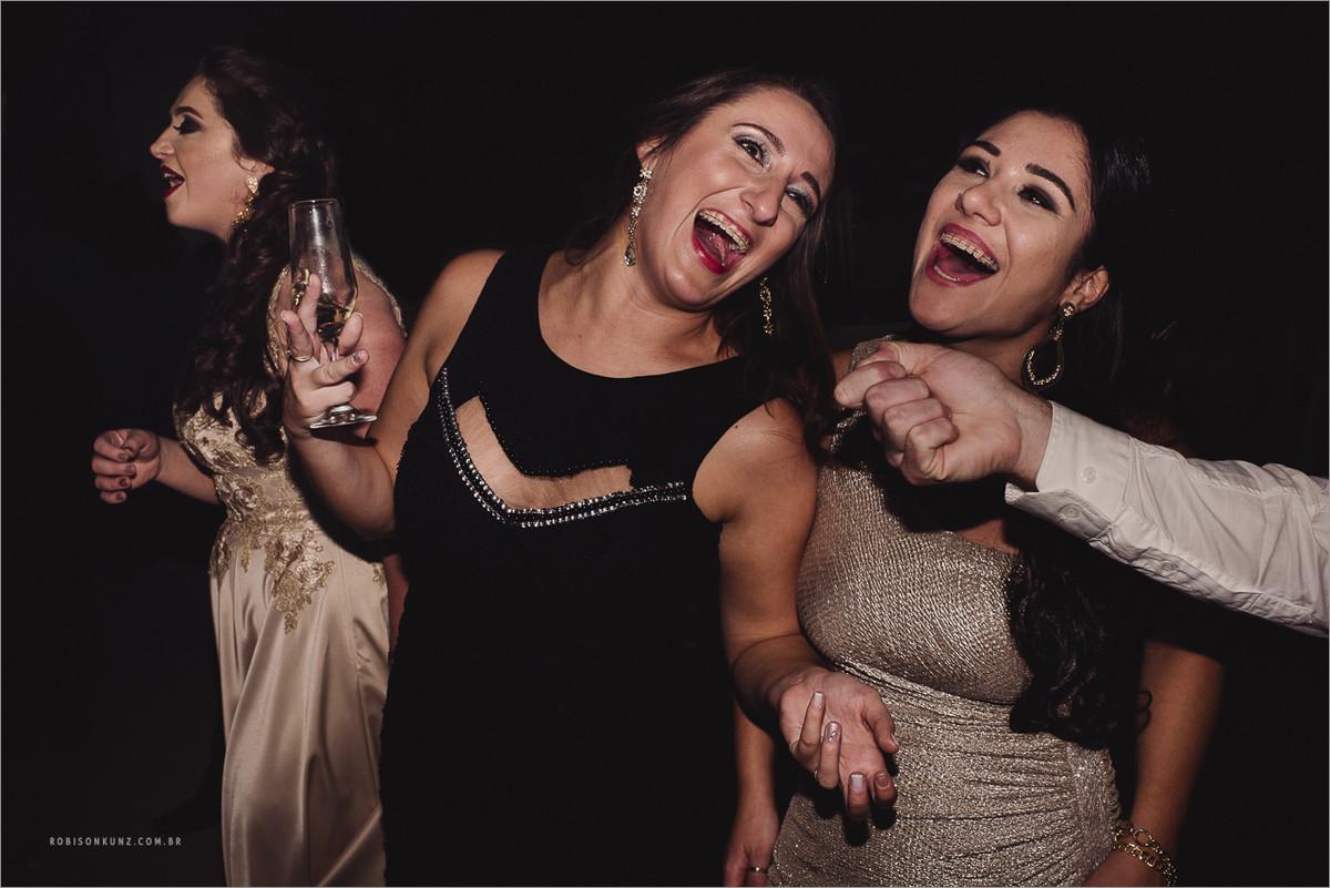 convidadas dançando e cantando no casamento
