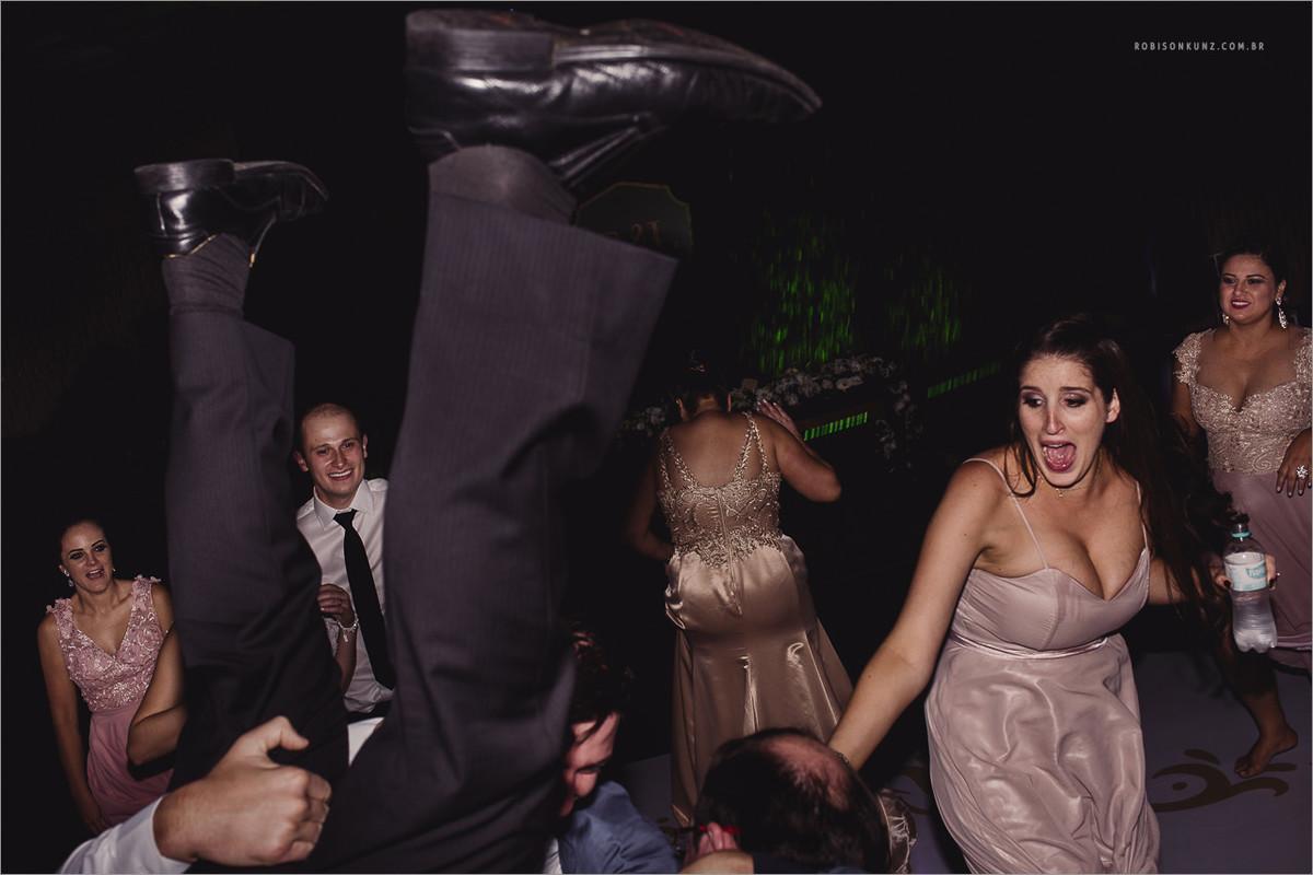 convidado sendo jogado para cima no casamento