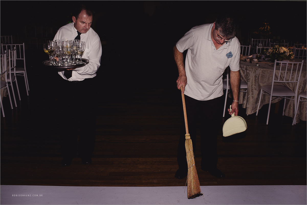 garçom limpando a sujeira do casamento