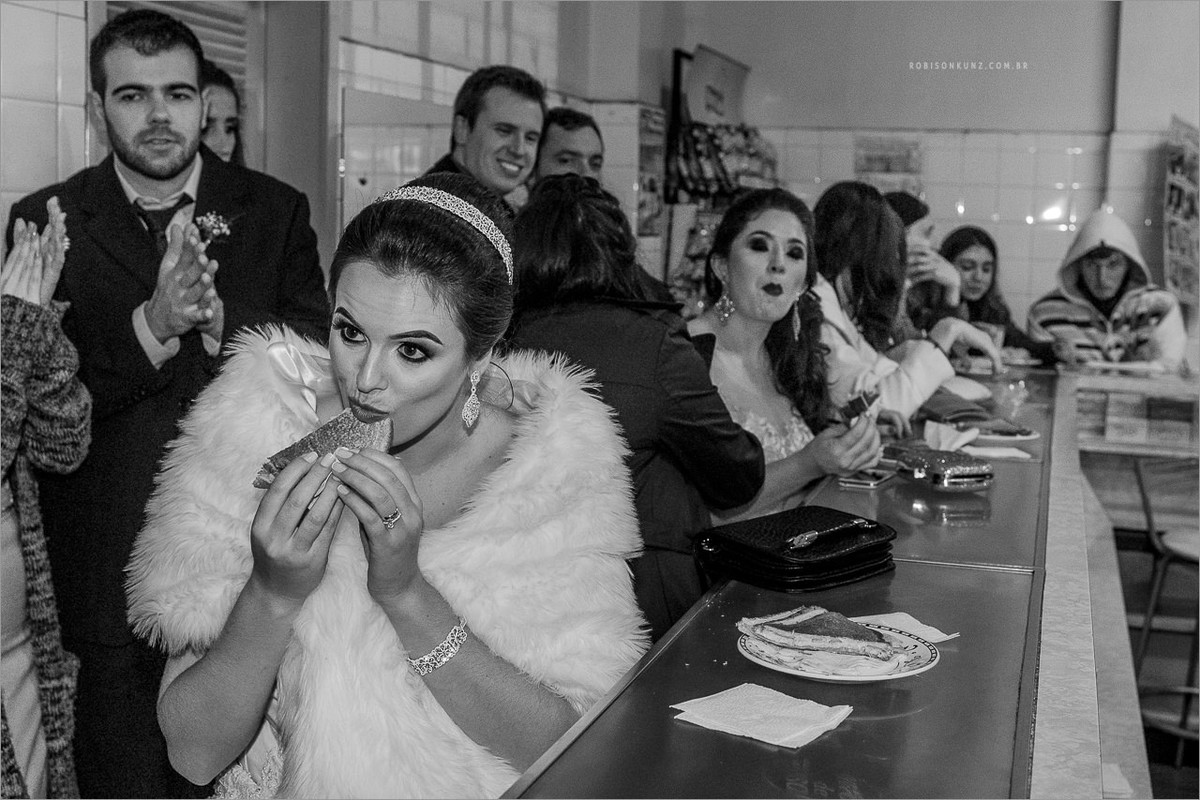 noiva comendo torrada na rodoviaria depois do casamento