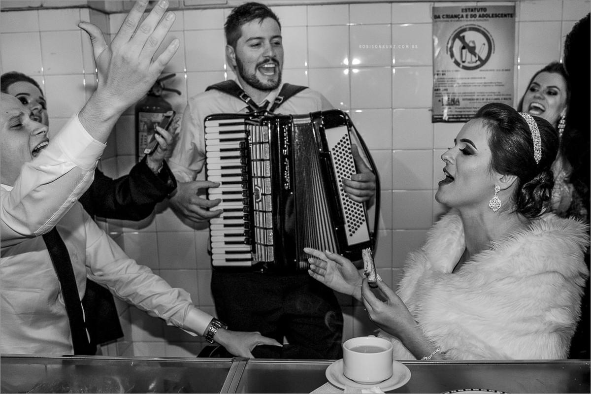 convidados e noivos na rodoviaria de garibaldi depois do casamento