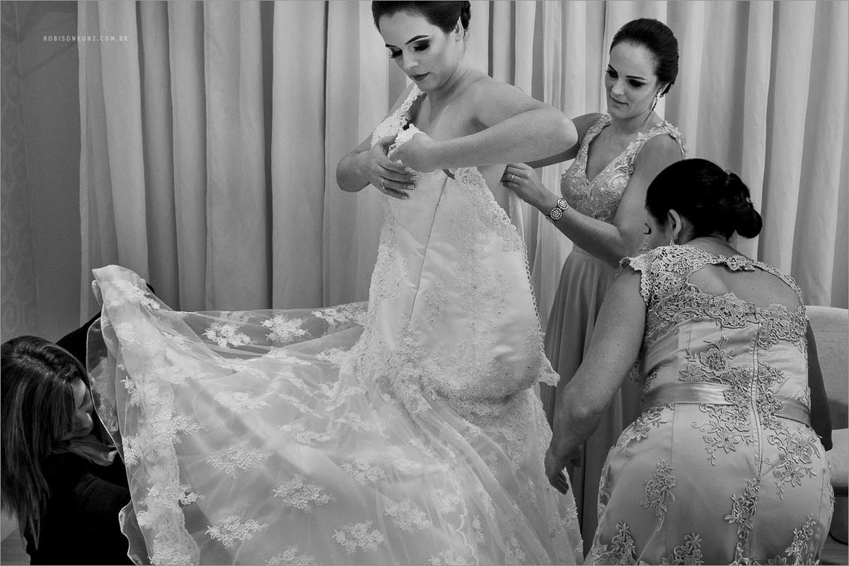 mae e irmas vestindo a noiva