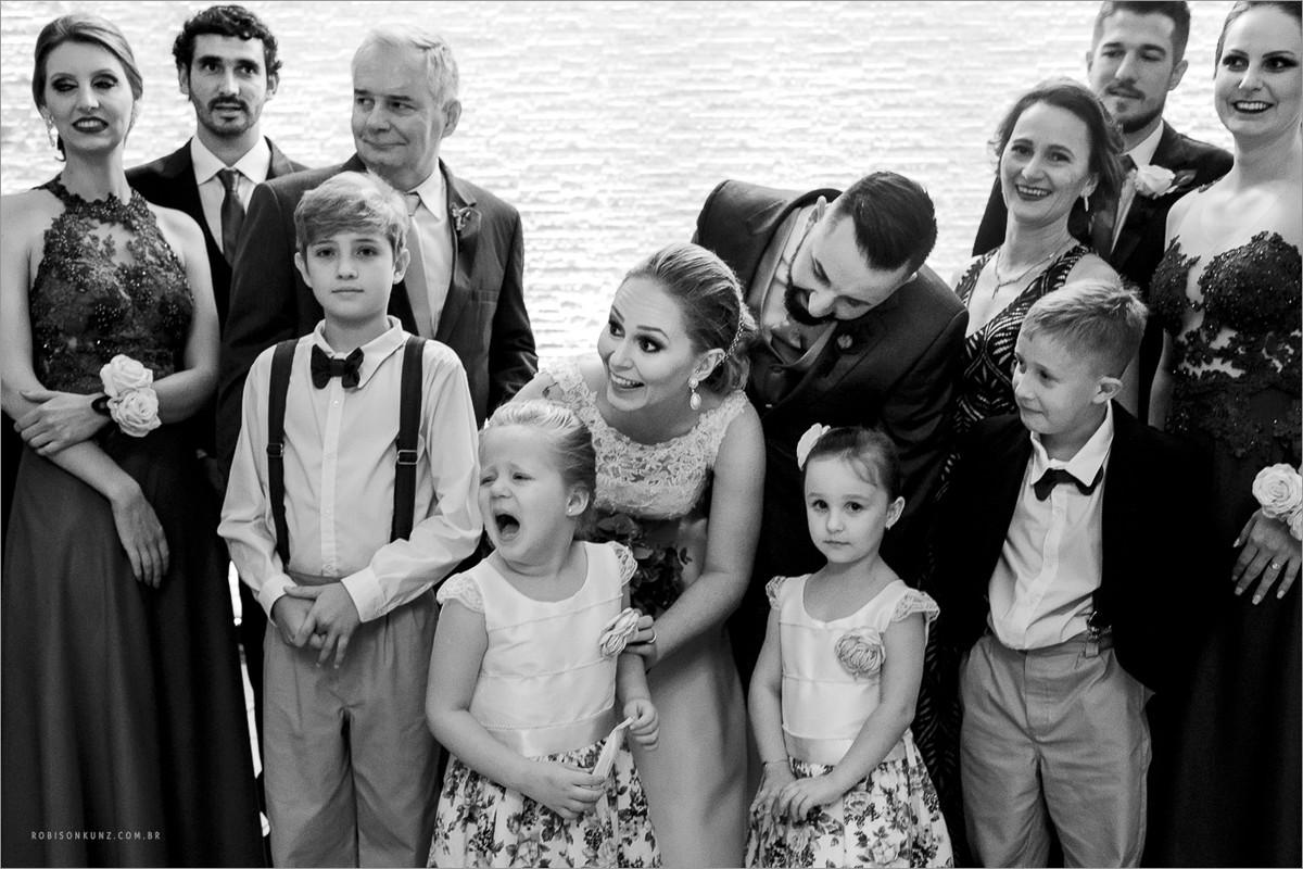 crianças chorando durante o casamento