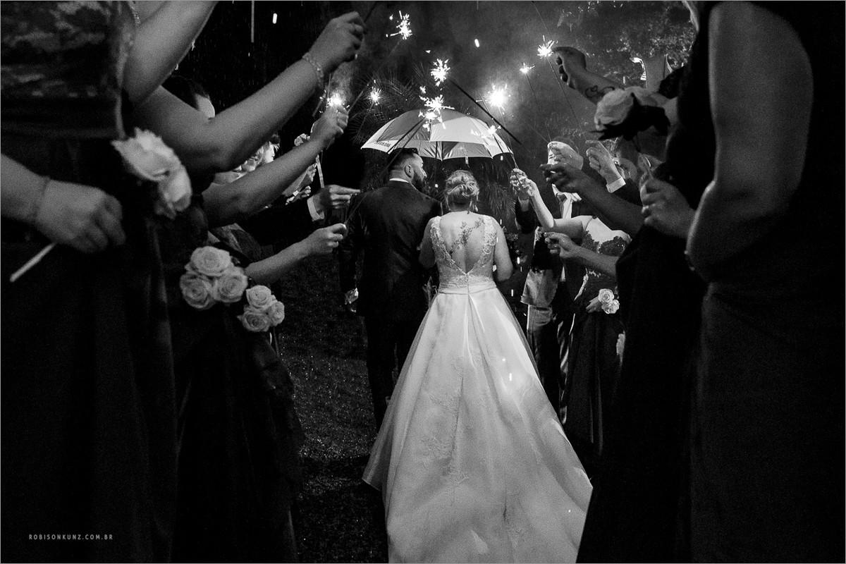 saída dos noivos na chuva