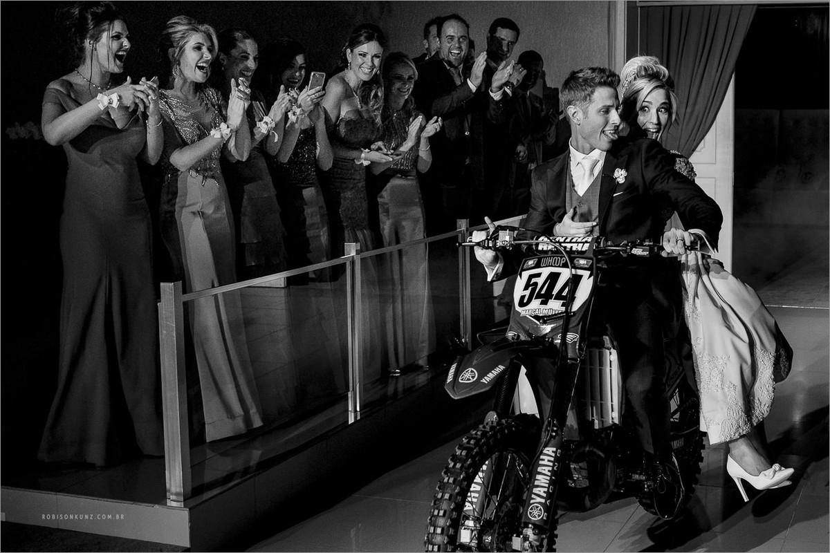 noivos entram de moto na festa