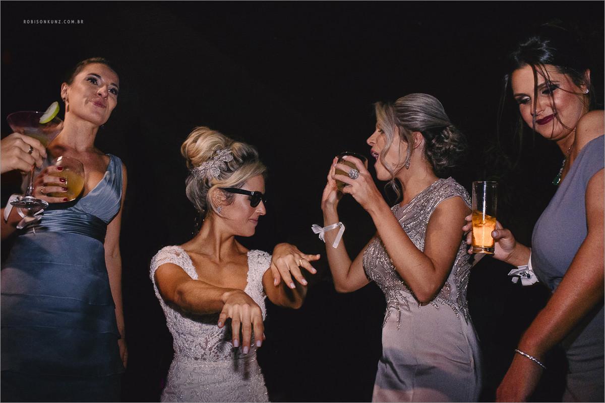 noiva dançando de oculos