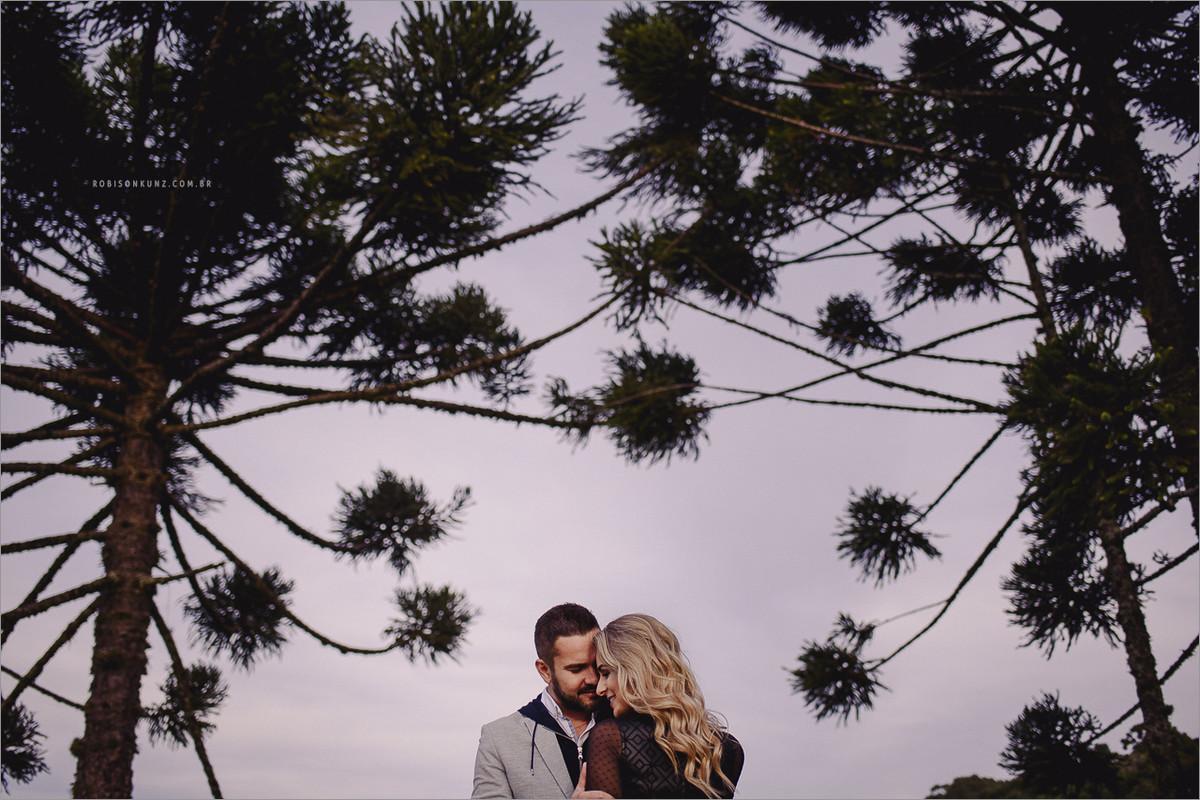 foto de casal nos pinheiros de gramado