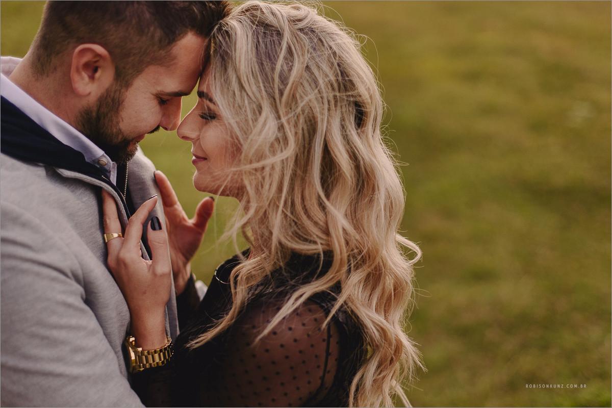foto de casal lindo em gramado