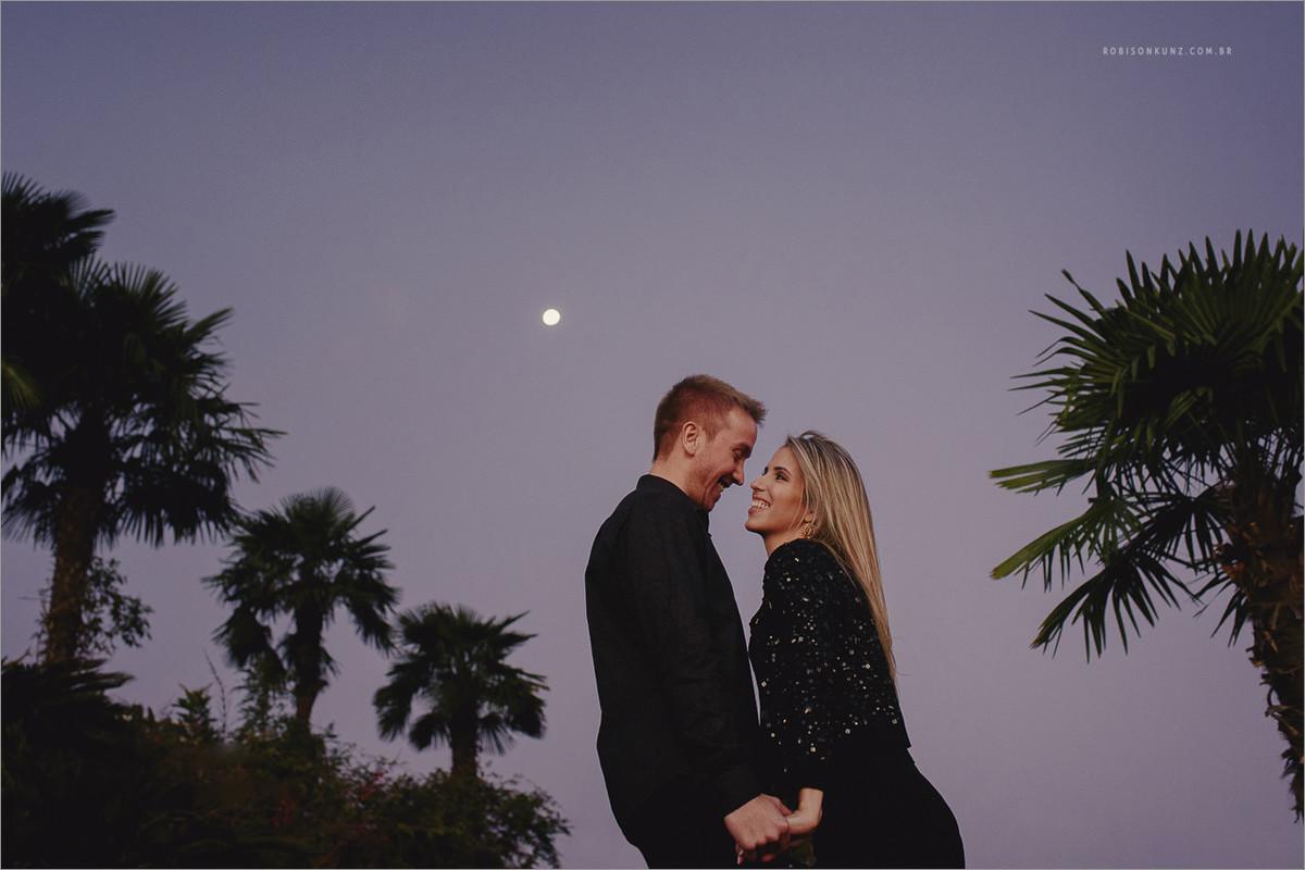 foto de casal com a lua cheia