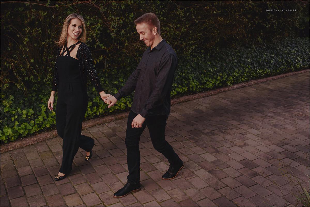 casal caminhando no patio de casa