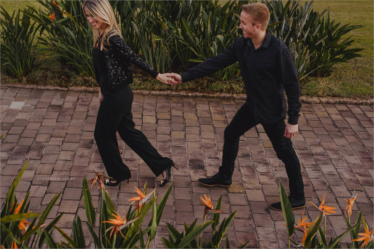 casal caminhando na rua