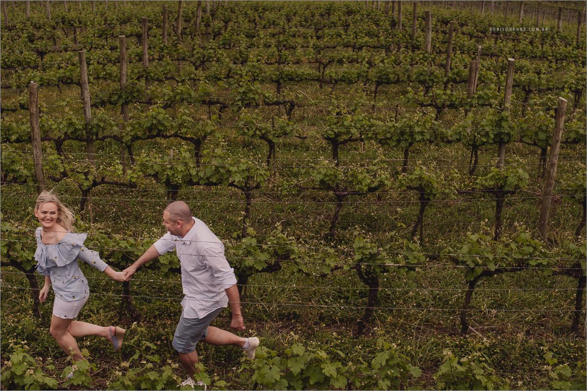 casal correndo nas parreiras de uva