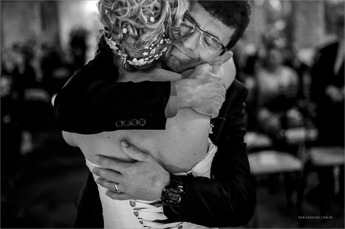 abraço emocionado na noiva