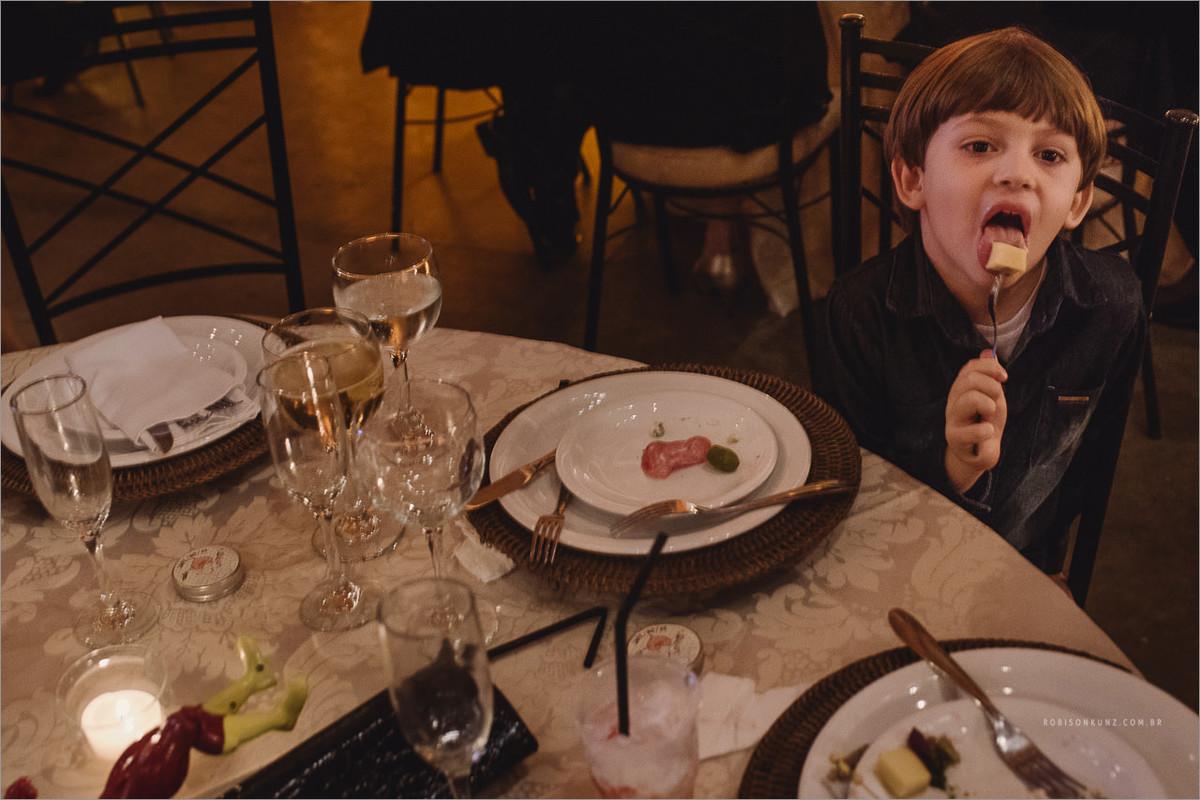 criança comendo no casamento