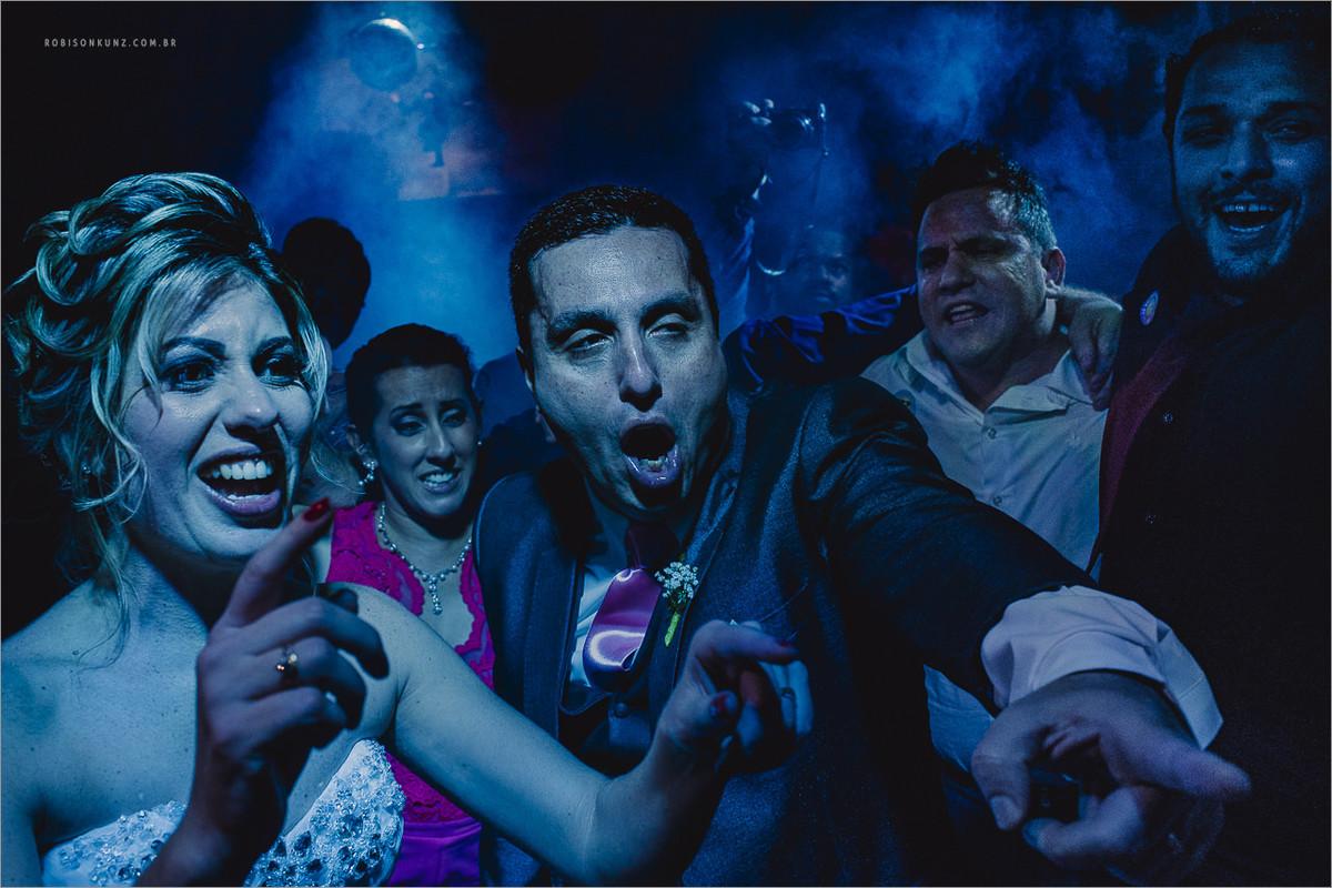 noivos dançando na festa