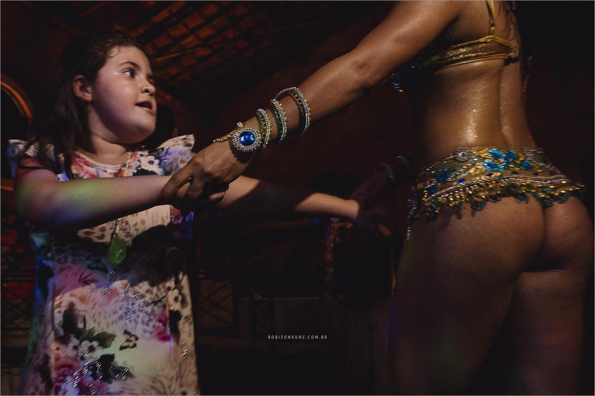 menina dançando samba no casamento