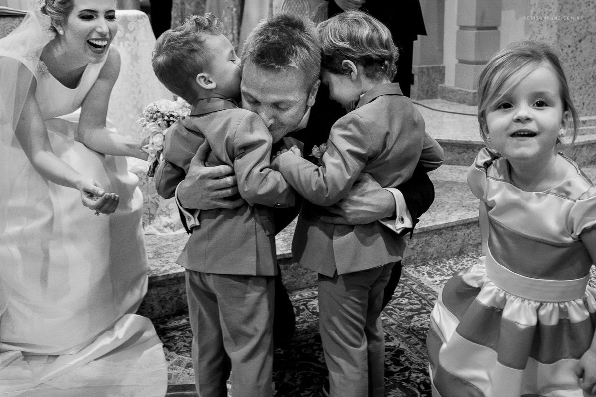 crianças abraçando o noivo