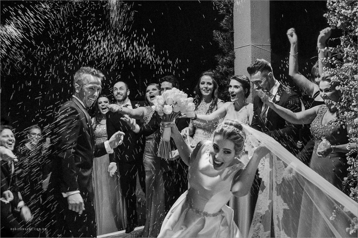 pisam no véu da noiva durante a saida