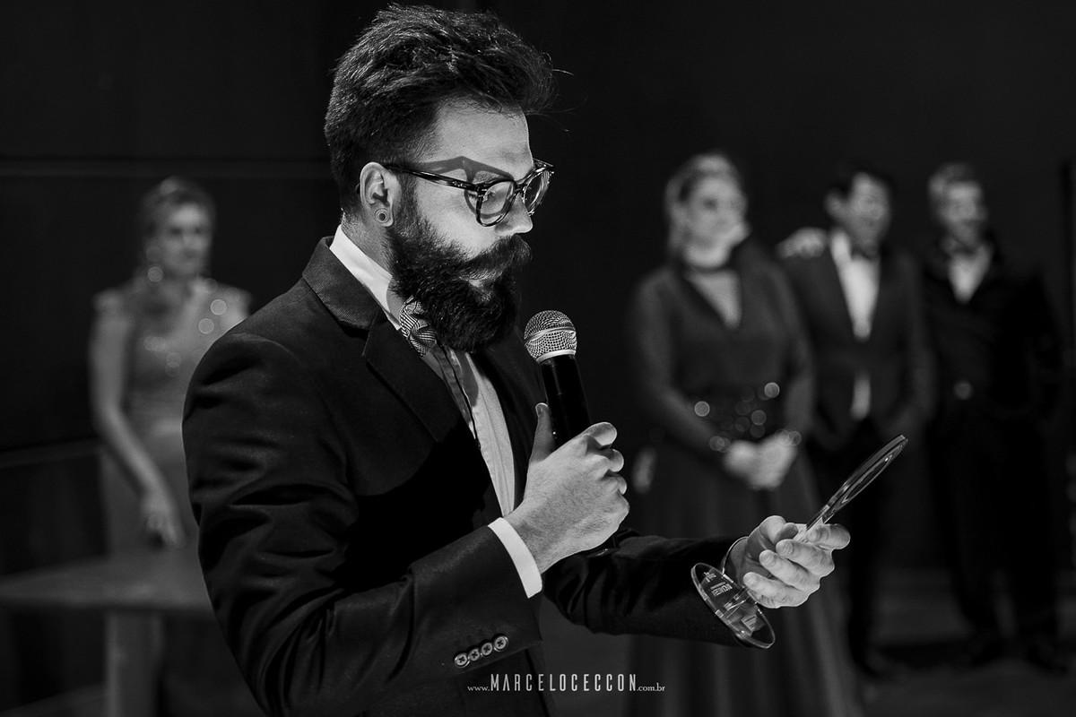 robison kunz recebendo o premio de fotografo de casamento do ano